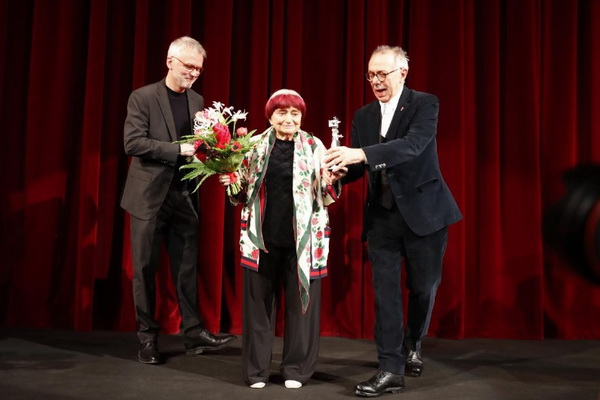 095 Director and screenwriter Agnes Varda accepts her Berlinale Camera award from Festival director Dieter Kosslick prior to the screening of the movie Varda par Agnes